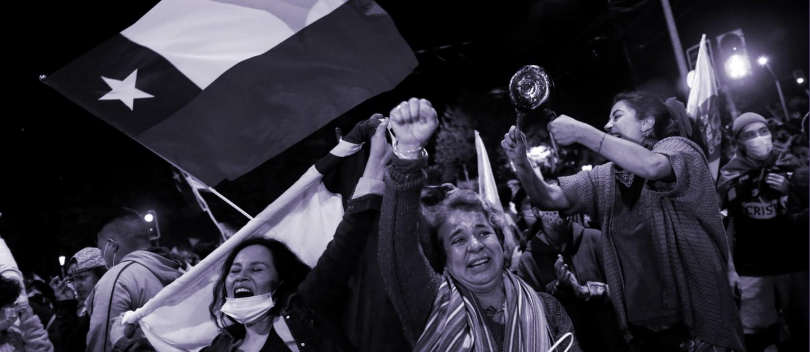 Apoiadoras da elaboração de uma nova Constituição para o Chile comemoram resultado do plebiscito neste domingo (25), em Valparaíso Foto: Rodrigo Garrido / REUTERS