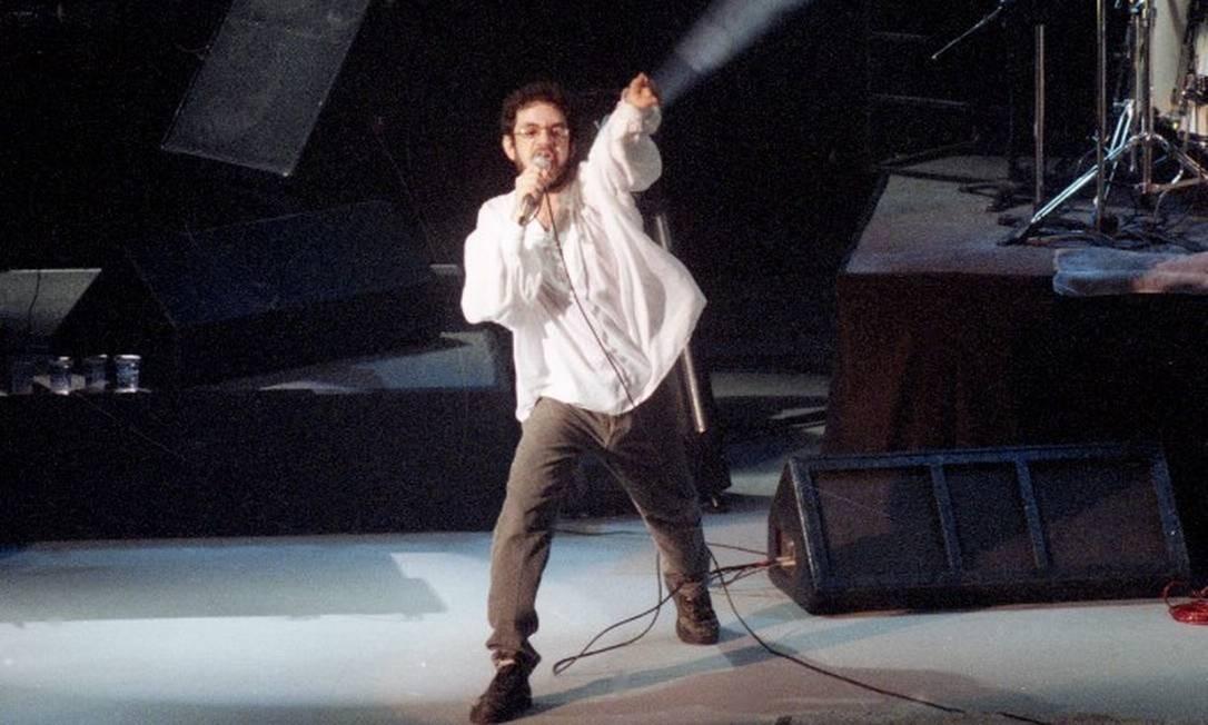 O cantor Renato Russo em show da Legião Urbana em 09/10/1994 Foto: Domingos Peixoto / Agência O Globo