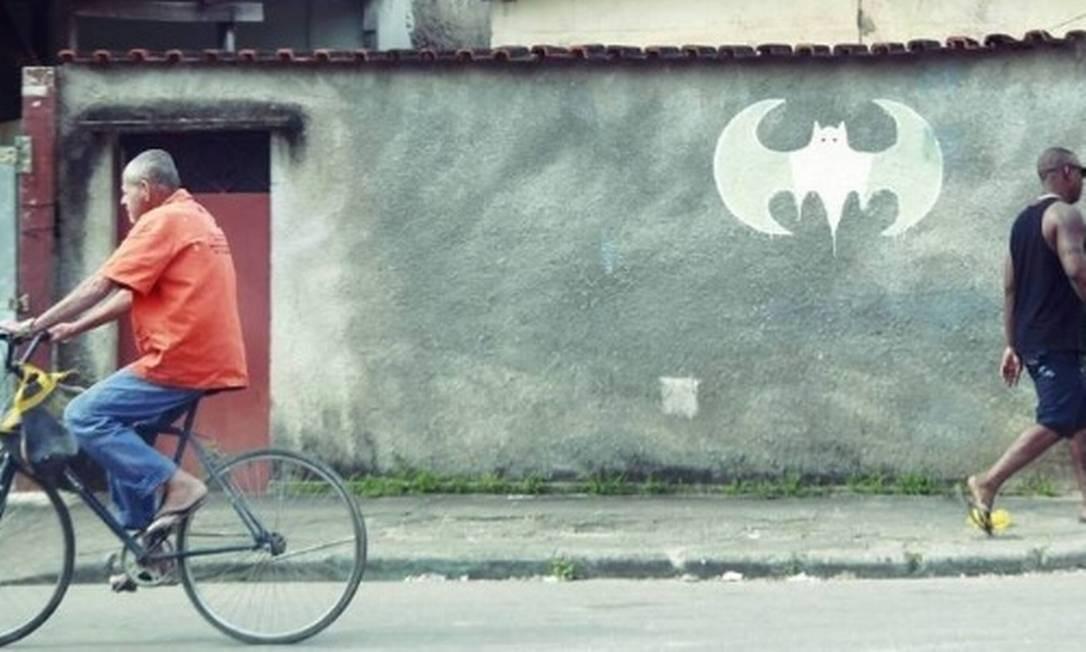 """Símbolo do """"Batman"""" demarca território da maior milícia do Rio, a Liga da Justiça Foto: Marcelo Piu/Agência O Globo"""