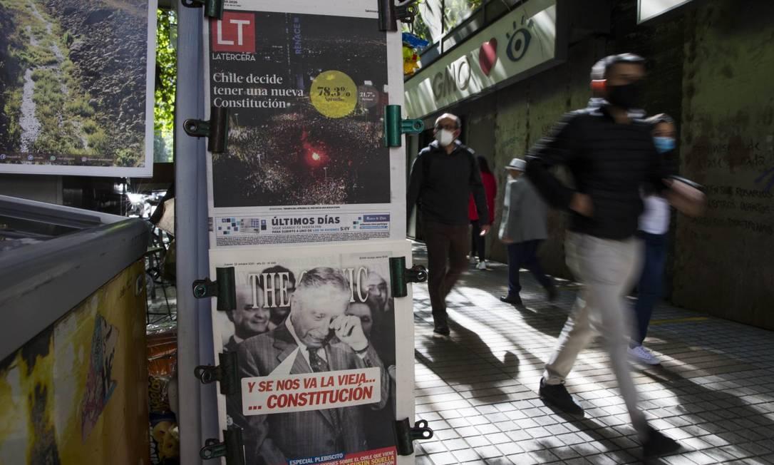 Nas bancas, jornais destacam a vitória do 'sim' à realização de uma Assembleia Constituinte Foto: JAVIER TORRES / AFP