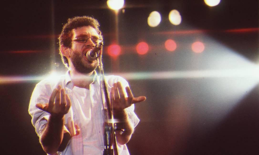 O cantor Renato Russo, em 1988, à frente da Legião Urbana Foto: Frederico Rozário / Agência O Globo