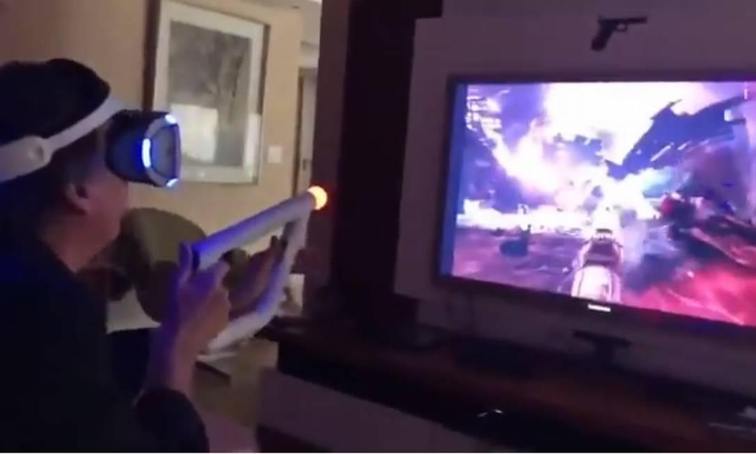 O presidente Jair Bolsonaro jogando um jogo eletrônico Foto: Reprodução/Twitter