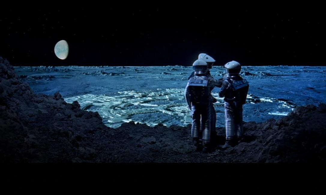 """Astronautas caminham na borda da cratera Clavius, em cena do filme """"2001: Uma Odisséia no Espaço"""", com base ao fundo Foto: Reprodução"""