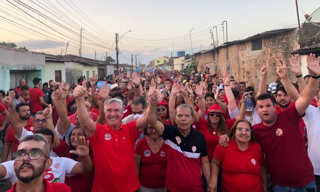 O senador Fernando Collor (Pros) apareceu aglomerado e sem máscara em caminhada, em Atalaia (AL) Foto: Divulgação