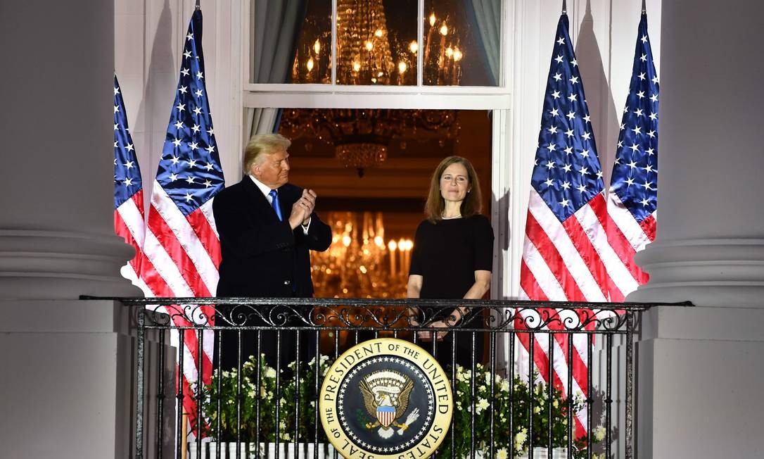 Donald Trump aplaude a juíza da Suprema Corte Amy Coney Barrett depois de cerimônia de posse na Casa Branca Foto: BRENDAN SMIALOWSKI / AFP