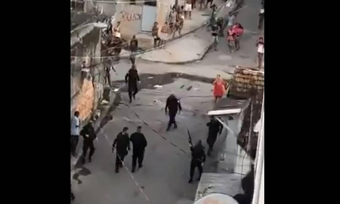 Moradores hostilizaram os policiais militares após dois suspeitos ficarem feridos em confronto. Eles morreram Foto: Reprodução/Twitter