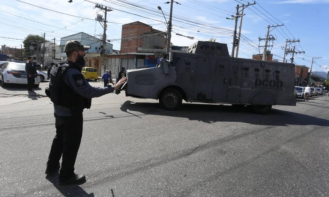 Um dos blindados que a Polícia Civil usa na operação na Maré Foto: Fabiano Rocha / Agência O Globo