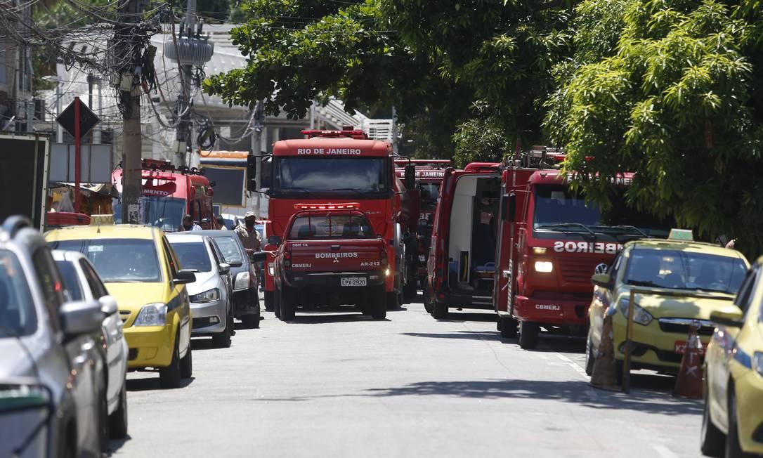 Incêndio exige grande aparato do Corpo de Bombeiros. Equipes do quartel do Fundão foram acionadas às 9h50 Foto: Fabiano Rocha / Agência O Globo