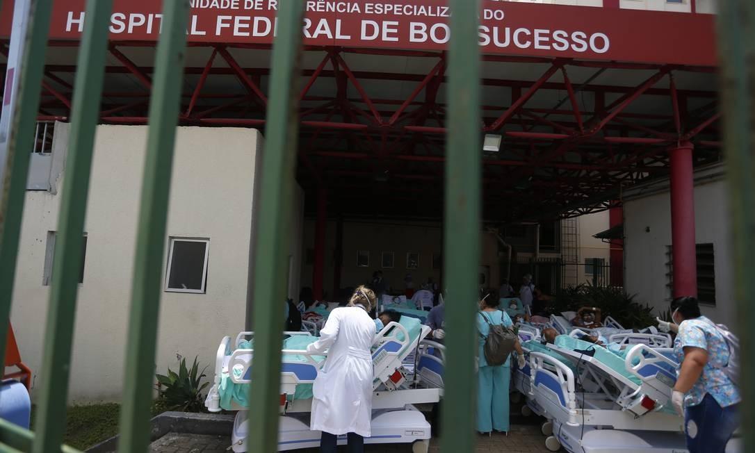 Incêndio atingiu o prédio 1 do Hospital Federal de Bonsucesso, no bairro de mesmo nome, na Zona Norte do Rio, na manhã desta terça-feira Foto: Fabiano Rocha / Agência O Globo