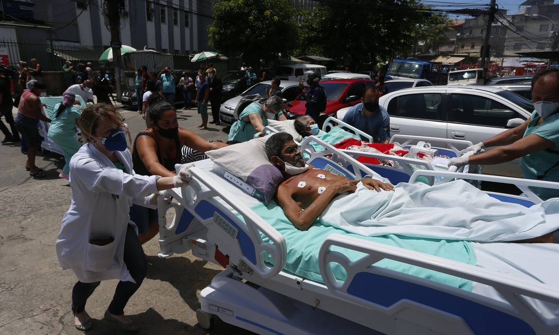 Pacientes são retirado às pressas do Hospital Federal de Bonsucesso, na Zona Norte do Rio Foto: Fabiano Rocha / Agência O Globo