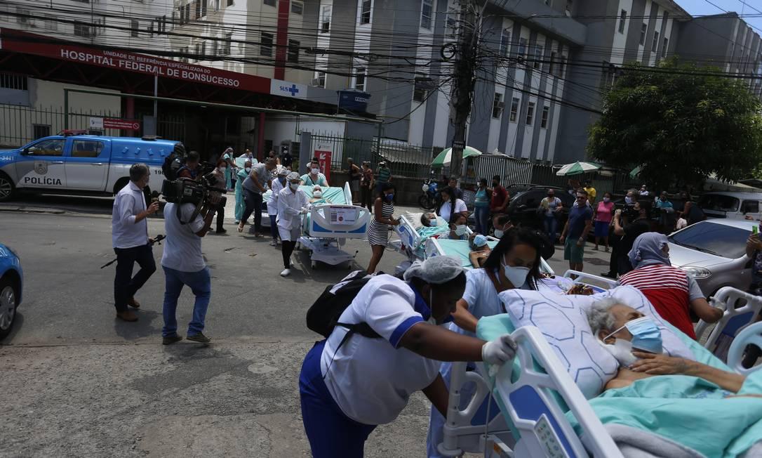 Pacientes são retirado às pressas, ainda em macas e camas, do Hospital Federal de Bonsucesso, na Zona Norte do Rio Foto: Fabiano Rocha / Agência O Globo