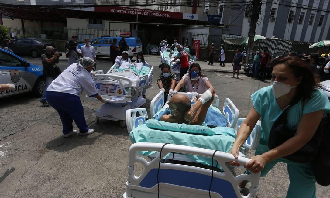 Pacientes são retirados às pressas do Hospital Federal de Bonsucesso, na Zona Norte do Rio Foto: Fabiano Rocha / Agência O Globo