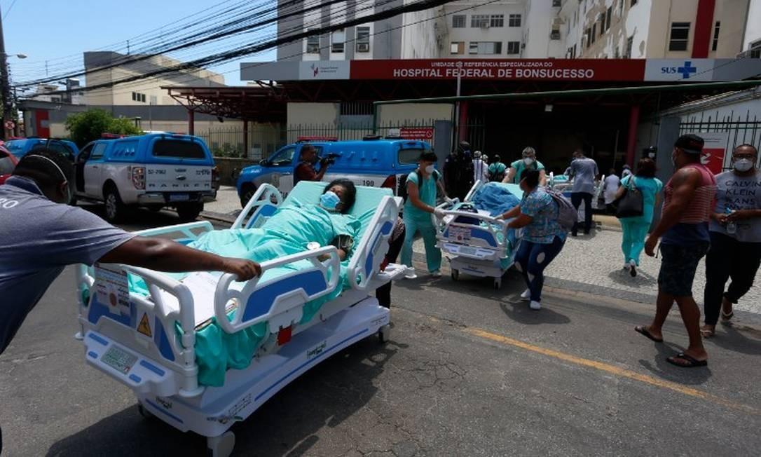 Pacientes são resgatados de incêndio no Hospital de Bonsucesso Foto: Fabiano Rocha / Agência O Globo