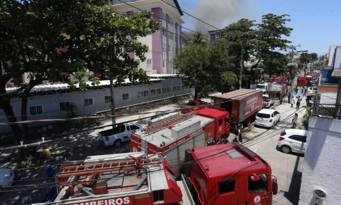 A movimentação das equipes do Corpo de Bombeiros no Hospital de Bonsucesso Foto: Fabiano Rocha / Agência O Globo