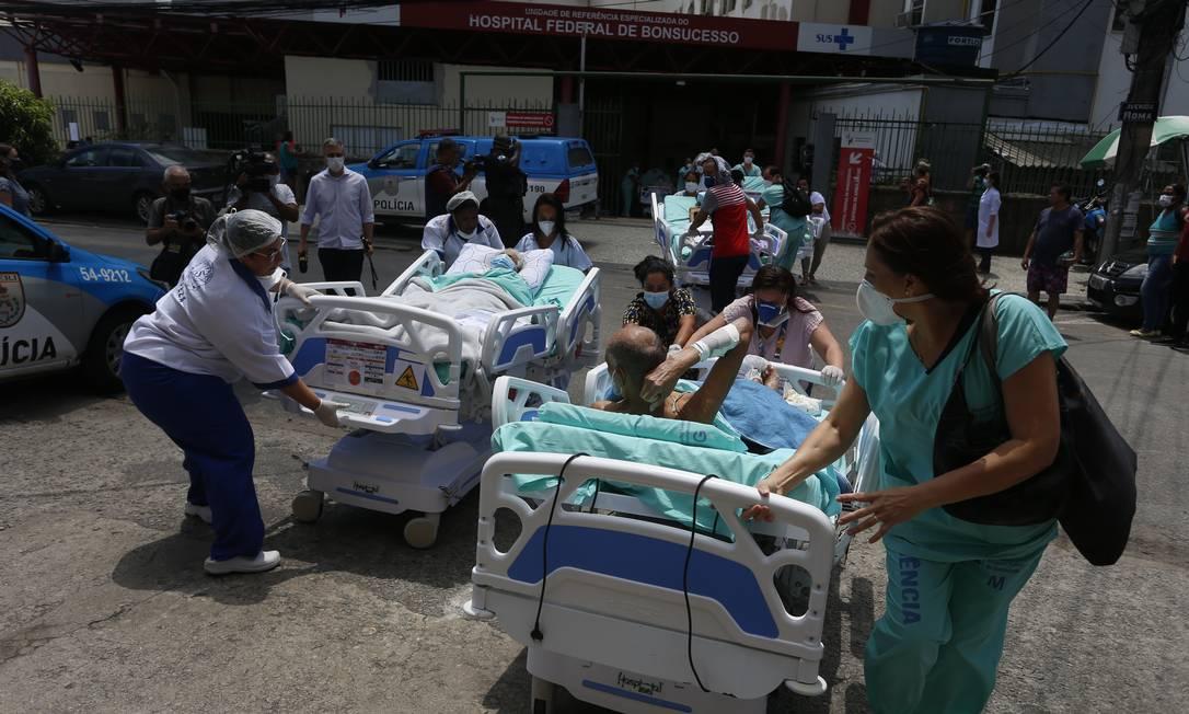 Pacientes sendo retirados do Hospital Federal de Bonsucesso, que foi atingido por incêndio Foto: Fabiano Rocha / O Globo
