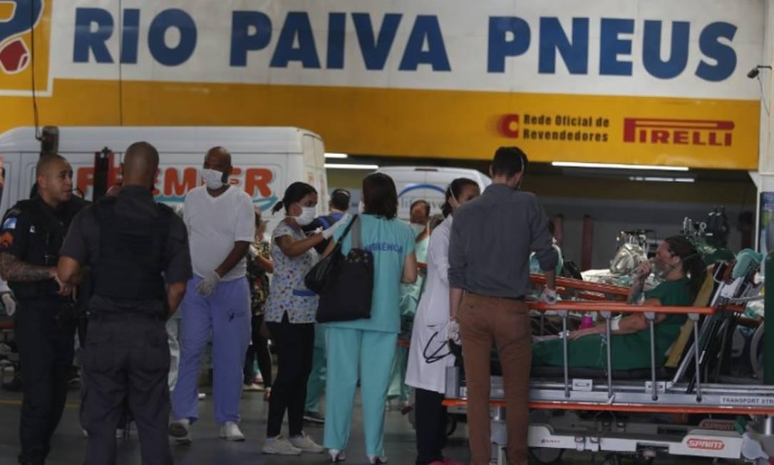 Os pacientes no galpão da loja de pneus Foto: Fabiano Rocha / Agência O Globo