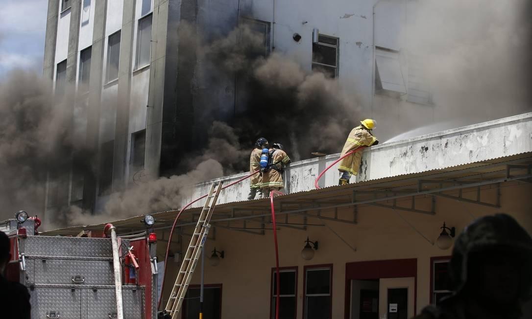 Incêndio atinge Hospital Federal de Bonsucesso, e pacientes são resgatados Foto: Fabiano Rocha / Agência O Globo