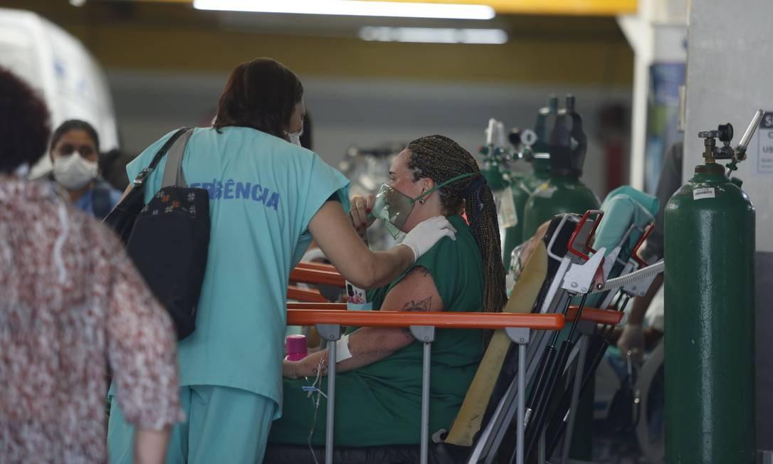 Leitos foram improvisados em galpão de serviço automotivo usado para acolher pacientes resgatados do incêndio no Hospital de Bonsucesso Foto: Fabiano Rocha / Agência O Globo