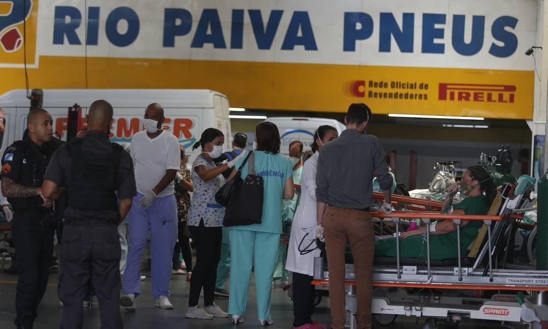 Galpão de serviço automotivo é usado para acolher pacientes resgatados do incêndio no Hospital de Bonsucesso Foto: Fabiano Rocha / Agência O Globo