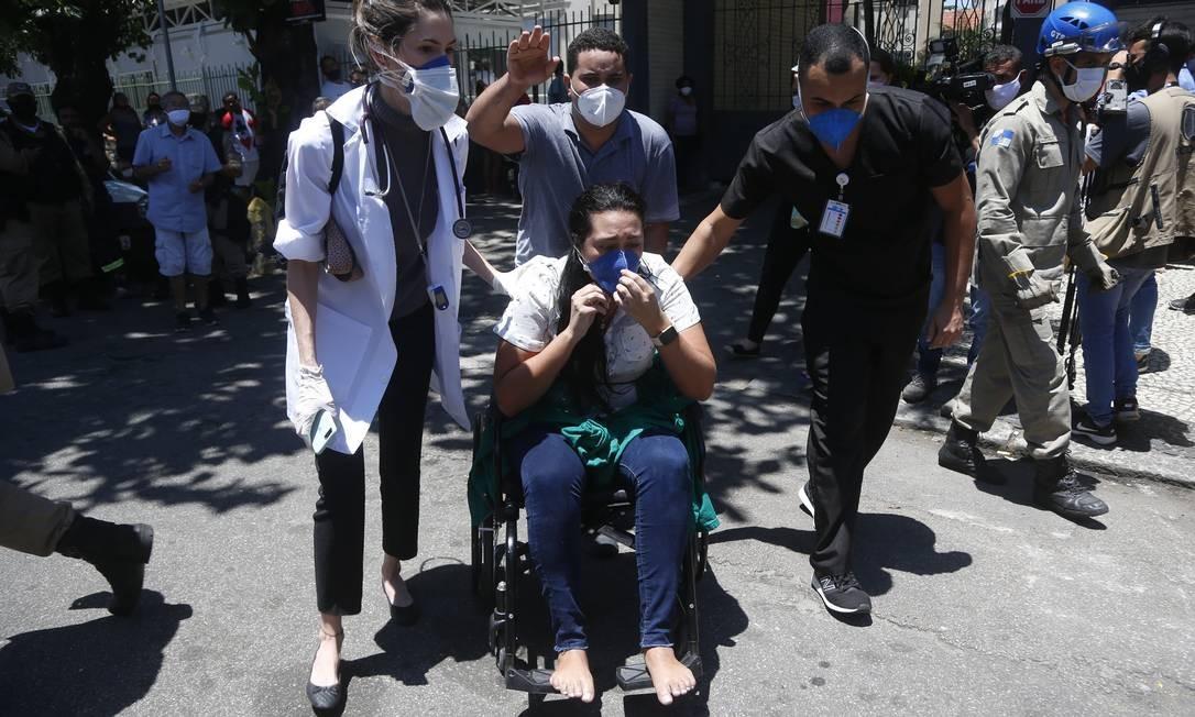 Paciente de cadeira de rodas é retirada do hospital Foto: Fabiano Rocha / Agência O Globo