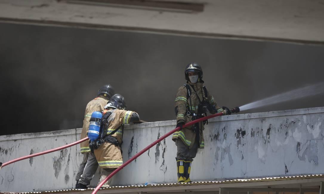 Bombeiros sobem em marquise para combater incêndio no prédio 1 do Hospital Federal de Bonsucesso Foto: Fabiano Rocha / Agência O Globo