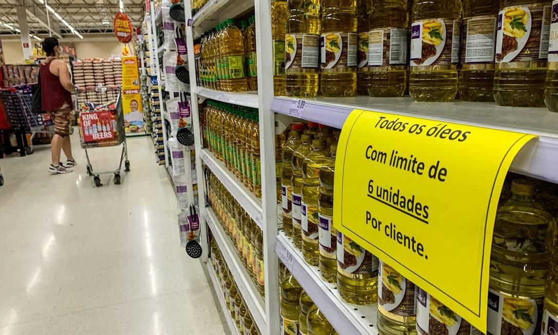 Supermercados limitam venda de óleo de soja por cliente Foto: Brenno Carvalho / Agência O Globo