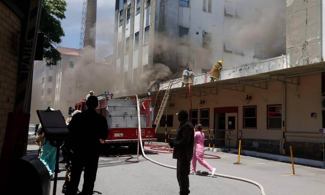 Bombeiros apagam incêndio no Hospital Federal de Bonsucesso Foto: Fabiano Rocha / Agência O Globo