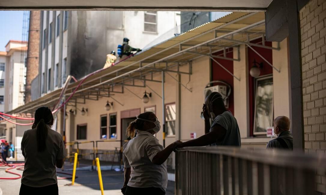 Bombeiros trabalham desde a manhã desta terça-feira no controle às chamas Foto: Hermes de Paula / Agência O Globo