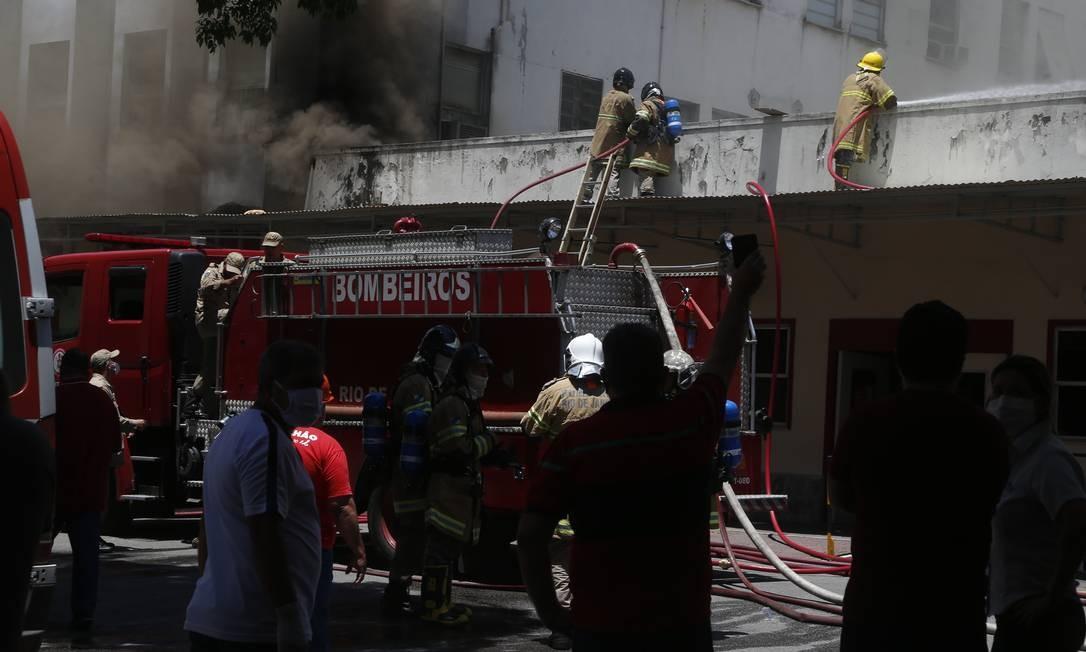 Bombeiros tentam se aproximar da origem do incêndio Foto: Fabiano Rocha / Agência o Globo