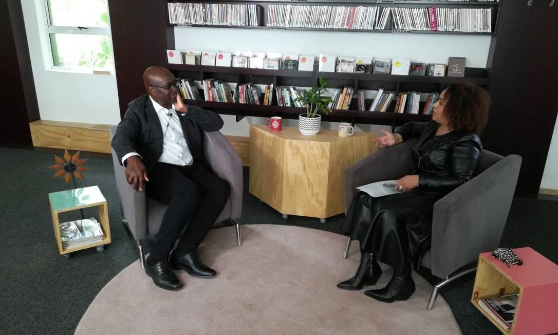 Super produção: Flup viajou o mundo para entrevistar personalidades. Na foto, a jornalista Iman Rappetti entrevista o filósofo camaronês Achille Mbembe Foto: Divulgação