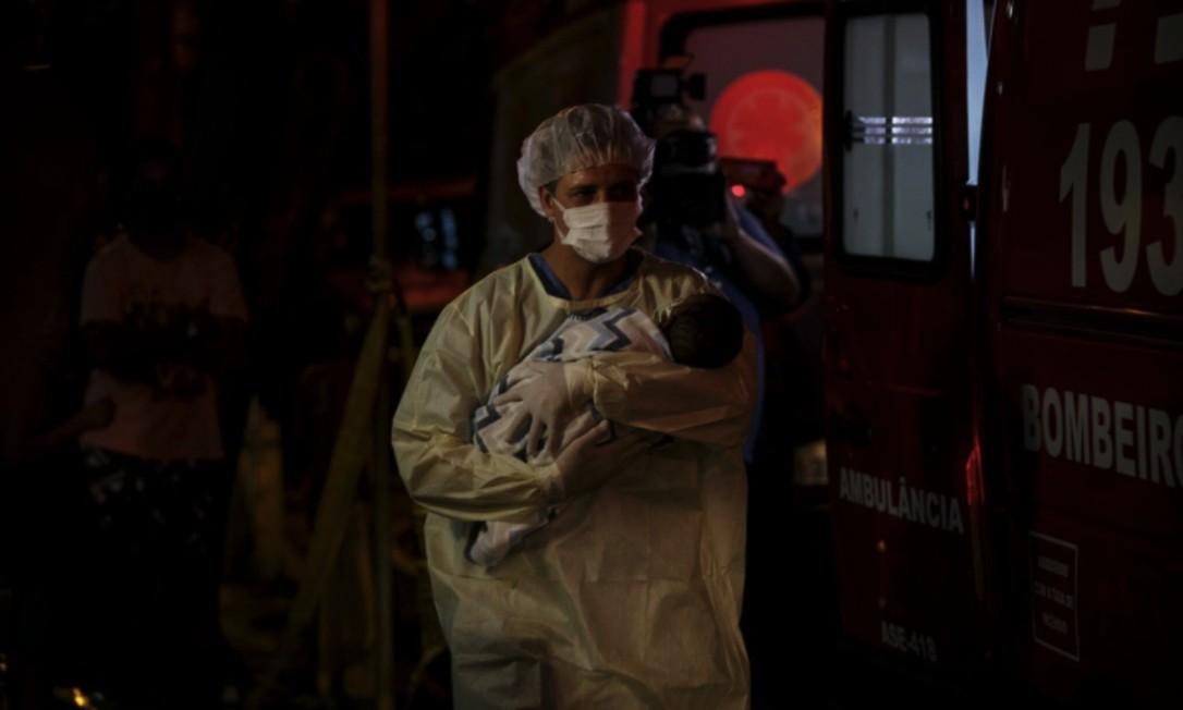 Durante toda a noite, profissionais de saúde fizeram a transferência de pacientes, entre bebês e crianças, do Hospital Federal de Bonsucesso Foto: Alexandre Cassiano / Agência O GLOBO
