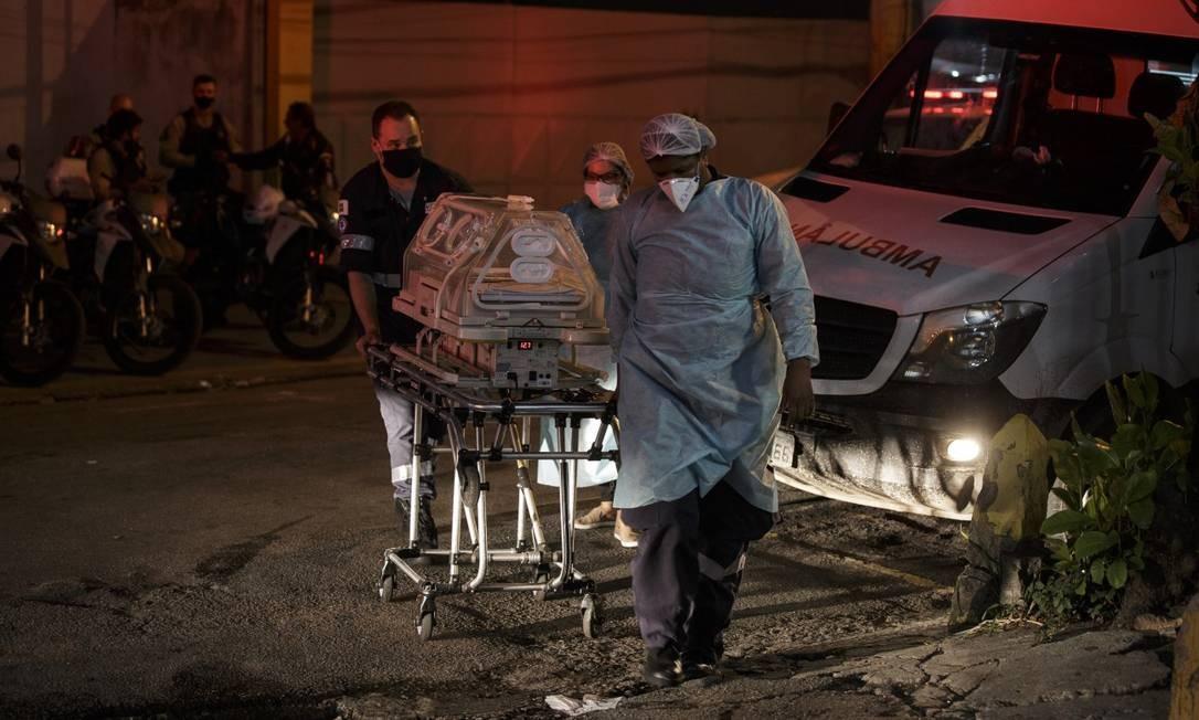 Crianças foram transferidas durante a noite no HFB; algumas, em incubadoras Foto: Alexandre Cassiano / Agência O Globo