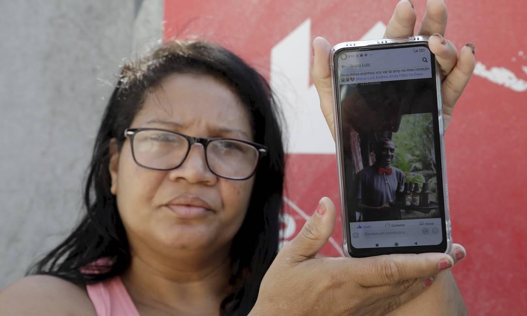 A cozinheira Isabel Cristina Luiz mostra a foto do irmão, Marco Paulo Luiz, que morreu no Hospital de Bonsucesso Foto: Gabriel de Paiva / O Globo