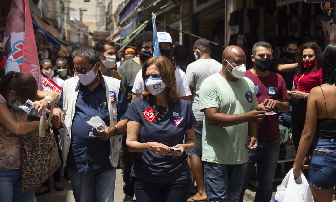 Martha Rocha (PDT) caminha pelo Saara, no Centro do Rio Foto: Leo Martins / Agência O Globo - 26/10/2020