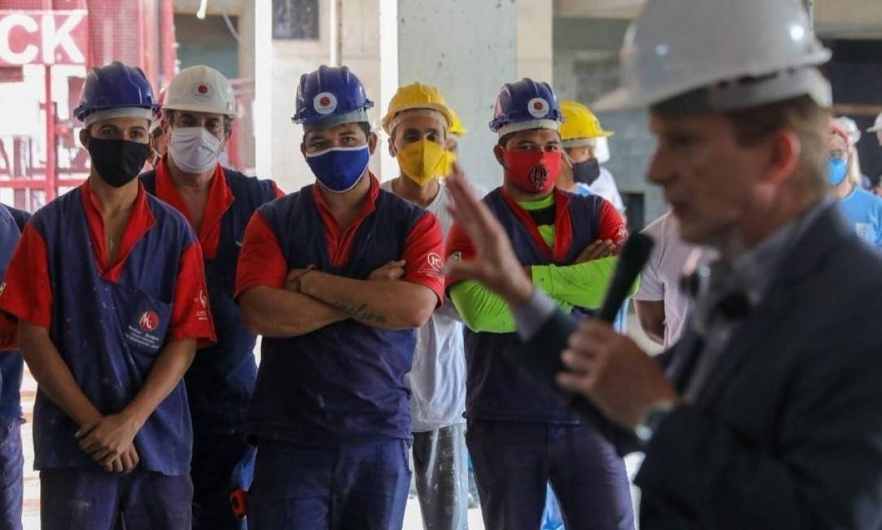 Celso Russomanno (Republicanos) se encontra com operários da construção civil, na Vila Mascote, Zona Sul de São Paulo Foto: Reprodução / Redes Sociais - 26/10/2020