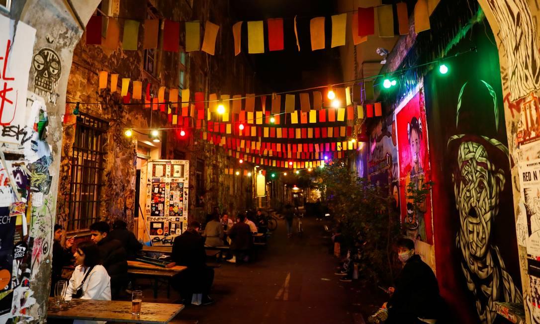 Clientes em um bar no distrito de Mitte, em Berlim. Bares e restaurantes serão fechados na nova quarentena Foto: FABRIZIO BENSCH / REUTERS