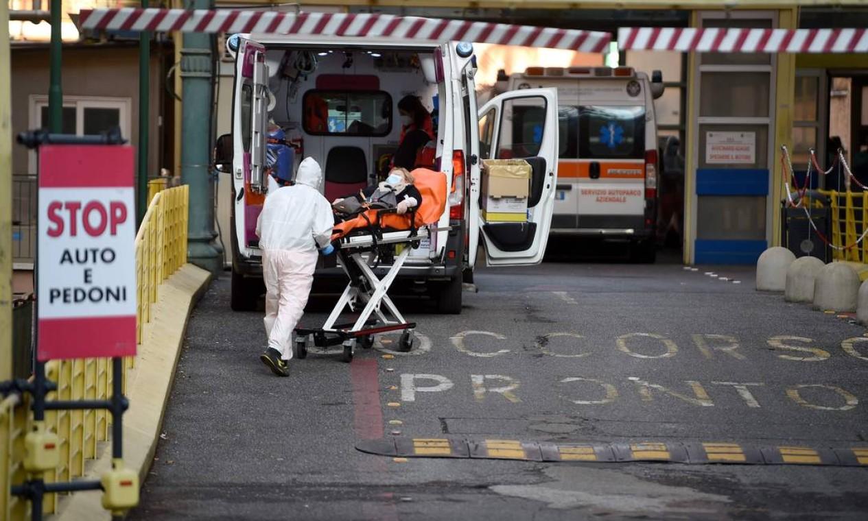 Uma mulher é carregada em uma maca em um acesso restrito a pacientes da Covid-19 fora do hospital Umberto I, em Roma. A Europa luta para conter um aumento alarmante de casos de coronavírus Foto: FILIPPO MONTEFORTE / AFP