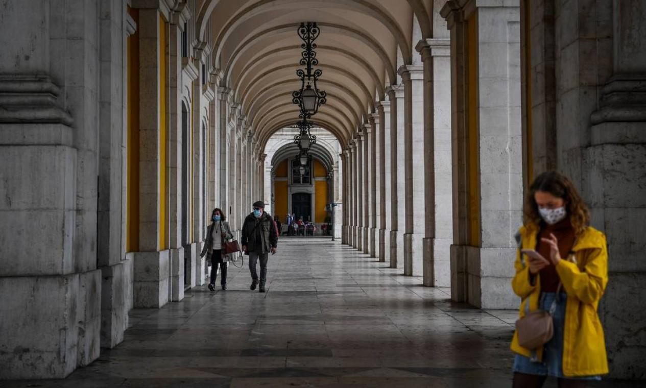 Pessoas com máscara facial caminham por rua e Lisboa, em Portugal. Uso orbigatório máscara ao ar livre entrou em vigor nesta quarta-feira (28) Foto: PATRICIA DE MELO MOREIRA / AFP
