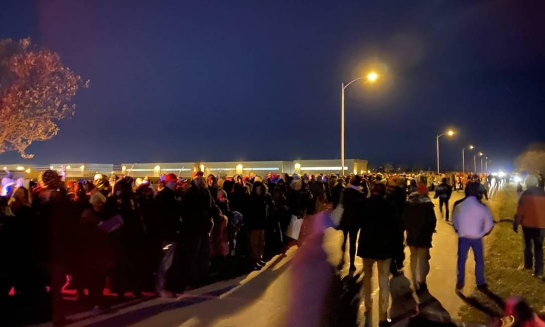 Apoiadores de Trump aguardam ônibus no frio após comício em Omaha Foto: Reprodução Twitter