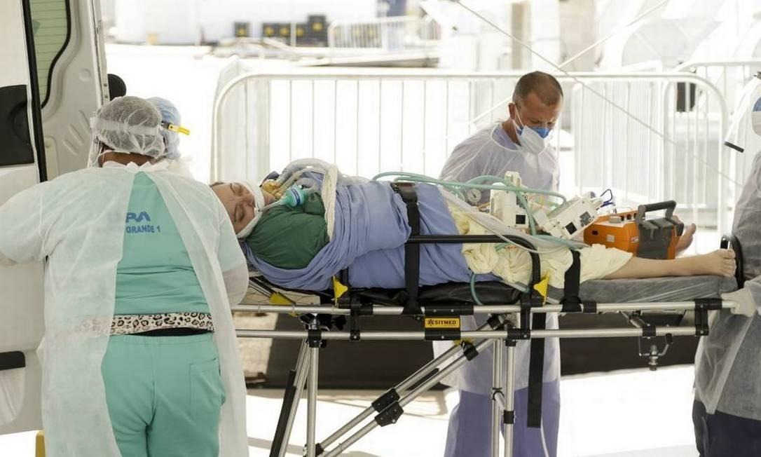 Atendimento a paciente com Covid-19 por profissionais de saúde Foto: Gabriel de Paiva