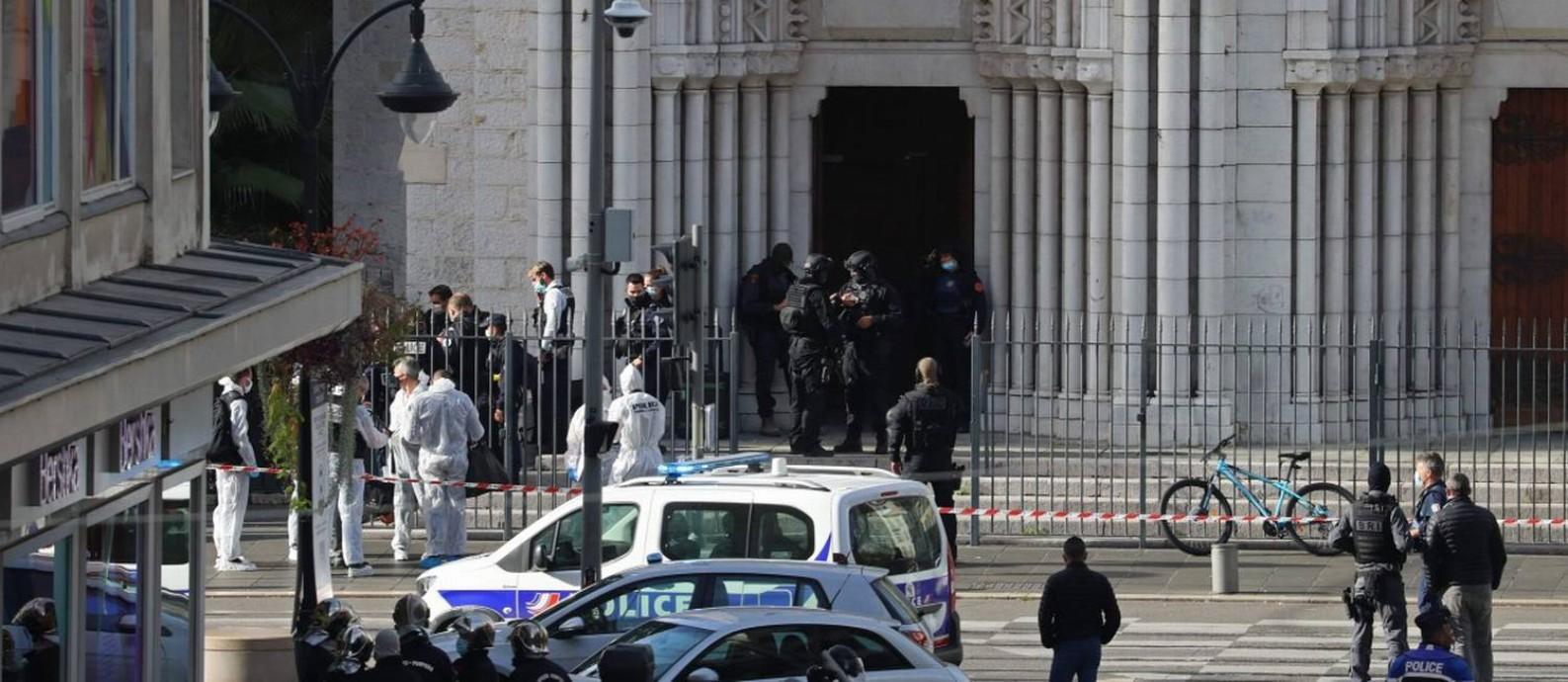 Policias de elite isolam região da Basílica de Notre Dame, em Nice, após ataque Foto: VALERY HACHE / AFP