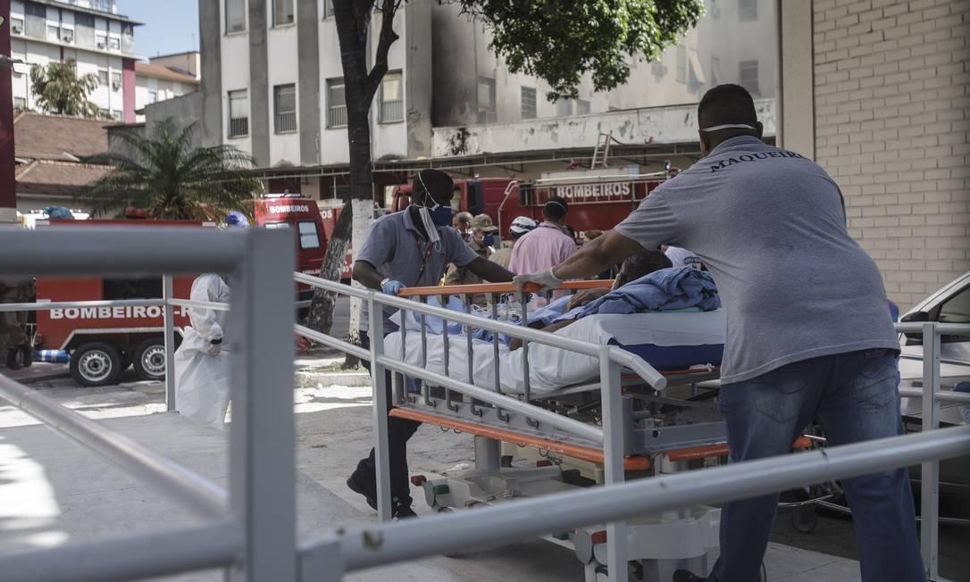 Durante incêndio no Hospital Federal de Bonsucesso, na terça-feira, pacientes foram retirados da unidade por funcionários Foto: Alexandre Cassiano em 27-10-2020 / Agência O Globo