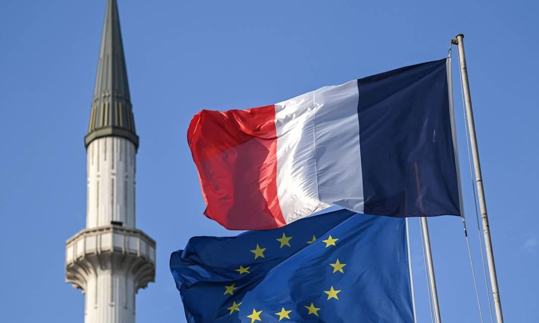 Bandeiras da França e da União Europeia em Instambul Foto: OZAN KOSE / AFP / 27-10-2020