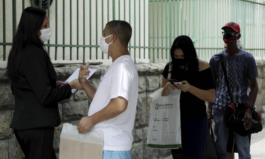 Pacientes do Hospital Federal de Bonsucesso buscam por informações sobre consultas na manhã desta quinta-feira Foto: Gabriel de Paiva / Agência O Globo