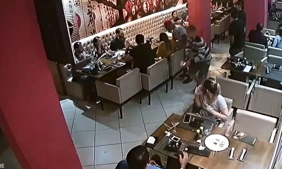 Bandidos levaram pertences de clientes e funcionários de restaurante japonês na Tijuca Foto: Reprodução