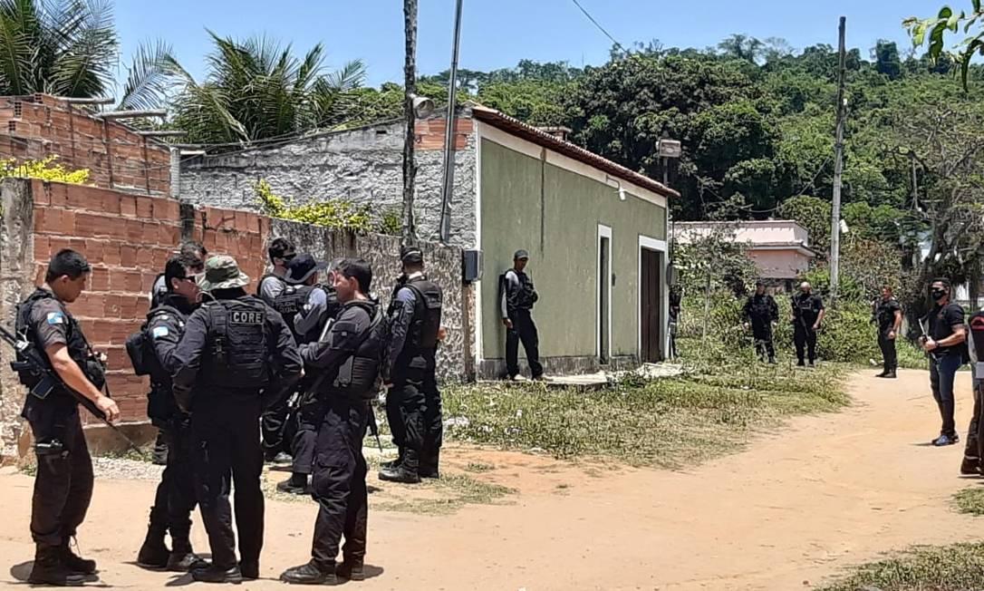 Agentes da Polícia Civil participam da reconstituição da morte do menino João Pedro, em São Gonçalo Foto: Fabiano Rocha/ O Globo