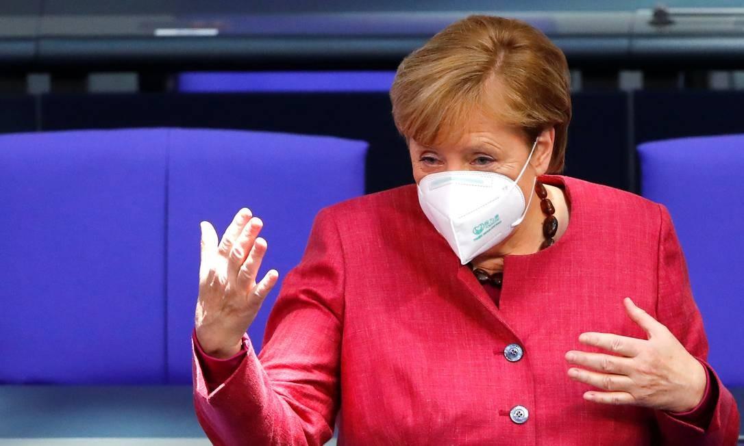 A chanceler alemã Angela Merkel discursa no Parlamento Foto: Fabrizio Bensch / Reuters