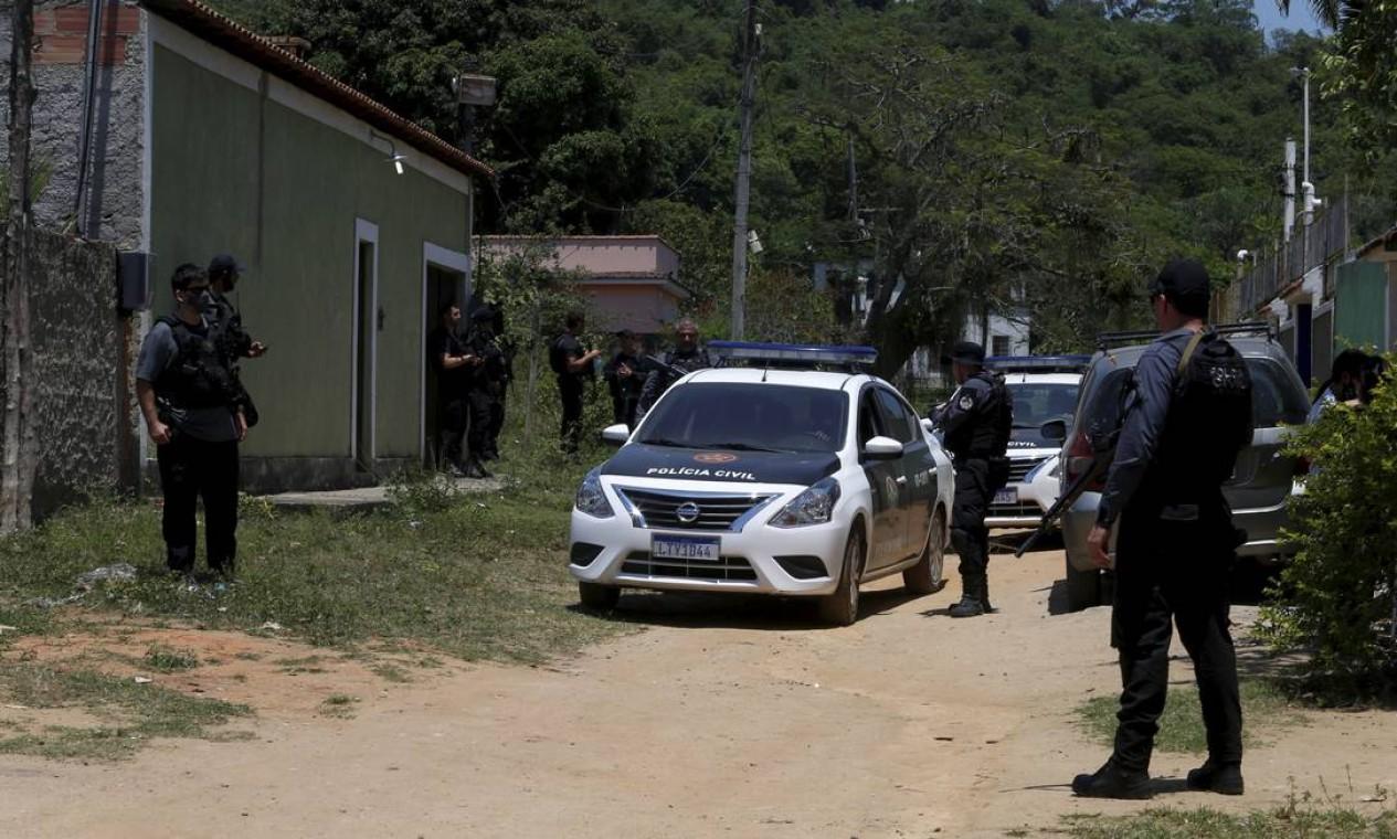 Agentes da Polícia Civil participam da reconstituição da morte do menino João Pedro, em São Gonçalo, nesta quinta (29) Foto: FABIANO ROCHA / Agência O Globo