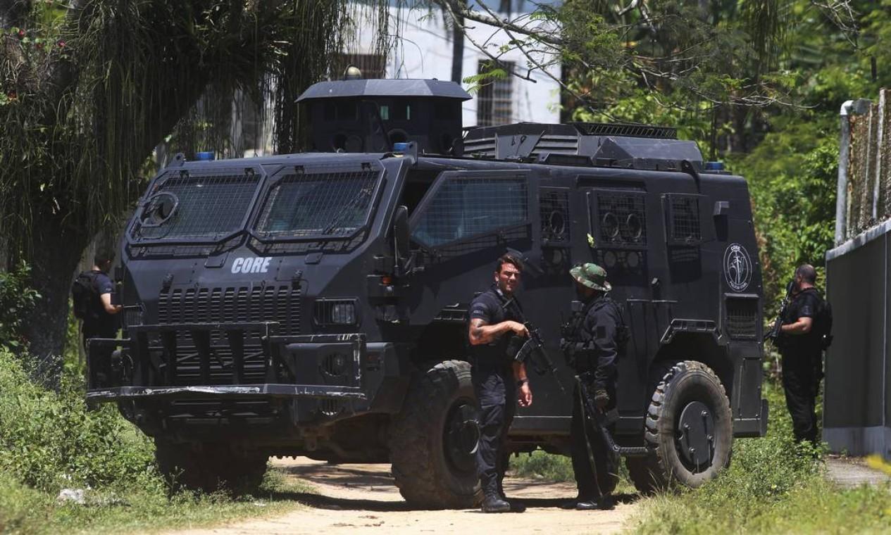 Entre 50 e 70 policiais civis participam da reconstituição Foto: FABIANO ROCHA / Agência O Globo