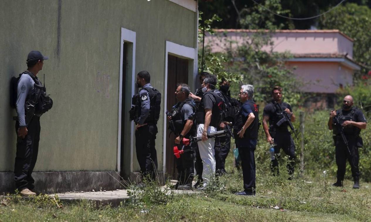 Agentes da Polícia Civil em frente à casa onde adolescente foi morto Foto: FABIANO ROCHA / Agência O Globo